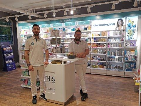 NYTT: Eier Anders Eimstad Rasmushagen (37) og daglig leder  Ahmed Alwan (35) har utvidet lokalet og varetilbudet på apoteket i Vollen.