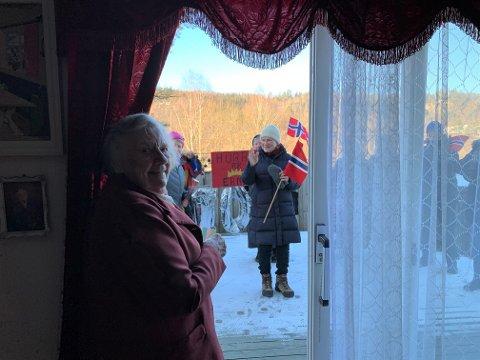 HYLLEST TIL JUBILANTEN: Erna Bakken (100) måtte utsette bursdagsselskapet på grunn av smittevern. Da var det ekstra stas at nabolaget bestemte seg for å dra i gang en overraskelsesfeiring for hundreåringen på terrassen.