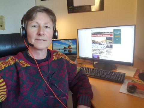 RAMMET: Anne Helstad sitter på hjemmekontor i Slemmestad. Foreløpig klarer hun seg på 4G-nettet.