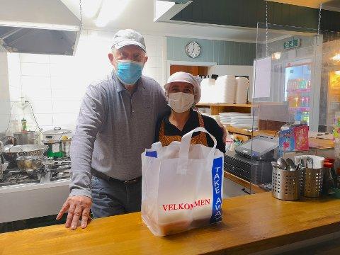 ØKT SALG: Daglig leder Thorolf Lindahn og kokkKetsanee Plaichompoo har økt salgt av take away, mens antallet kunder som spiser i restauranten er gått ned.