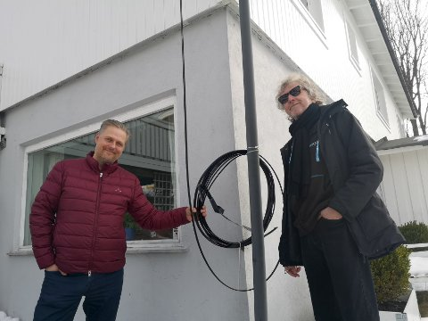 KABELRULL: Jan Fredrik Sand ( t.v) har  fått ullen med kabler hengt opp på husveggen. Nå gleder Sand og nabo Geir Olsen (t.h) seg til mai.