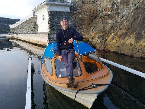 KLAR IGJEN: Mathias Vinje Martinsen leder an en ny utgave av 17. mai-toget til vanns fra Nærsnes om knappe to måneder. Nå begynner han så smått på vårpussen på den orange Askeladden-båten, som i fjor fikk oppgradert motoren fra 30 til 40 hestekrefter.