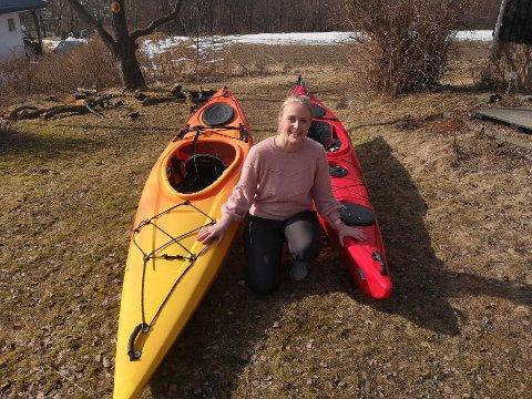 LAVTERSKEL: Madeline Bjørnstad Seth er selv en ivrig , men forholdsvis fersk, hobbypadler. Nå gir hun andre muligheten til å leie kajakkene og oppleve padleglede og kystnatur for en rimelig penge.