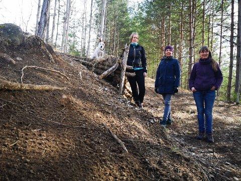 HOPP: Katrine Husby, Hege Westskog og Lina Marie Hammerlund ved siden av et av flere hopp som syklistene har anlagt i stien.