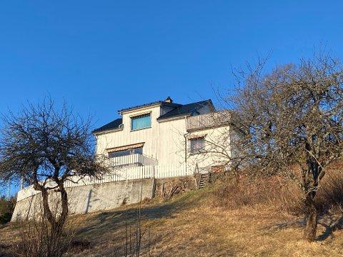 STRIDENS KJERNE: Denne eiendommen med enebolig har vært del av en betent strid i Sætre det siste året. Nå er det blitt en løsning