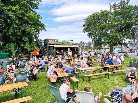 MØTEPLASS: Noe slikt som Brygga Bar på Hamar vil Kent Ryen og Fabian Løvseth etablere på stranda ved Holmenskjæret.