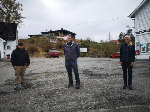 HÆRVERK: Bjørge Rødfjell, Gard Andreassen og Helene Gunnulfsen håper de slipper å oppleve flere ødeleggelser på bygning og skilt.