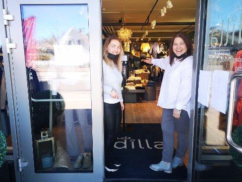 ENDELIG: Monica Liholm (t.v) og butikksjef Ann Kristin G. Torgersen  kan igjen ønske kunder velkommen inn i klesbutikken Helt Dilla i Sætre.