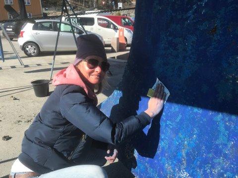 IKKE GØY: Monica Lauritzen i Vollen er en av dem som ikke synes båtpuss er det granne gøy, men som jobber så svetten siler for å bli raskest mulig ferdig.