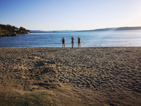 MYK START: Sjøstrand har fått påfyll av myk sand fra Svelviksanden.