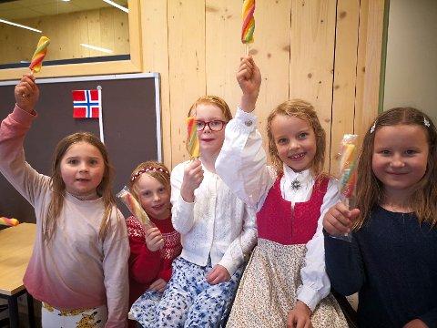"""ISJENTER: Paula, Maria Mina og Ane i 2.trinn  jubler over å ha fått is på """"liksom""""-17.mai"""