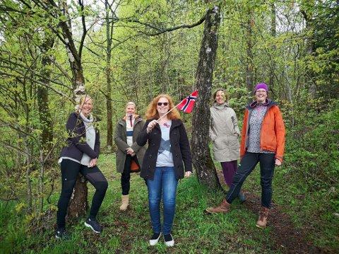 ASKERBØRINGER med utenlandsk opphav: F.v Sabine Husmo, Terhi Hundeide, Brigitte Berg, Pamela Juva, Foran med flagget; Sylvia van Zuiden.