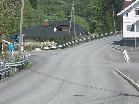 BUSSHOLDEPLASS; Gangfeltet fra Kiwi t.h til bussholdeplassen på venstre side og gangfeltet i krysset Heggveien/Spikkestadveien har vært borte siden veien ble asfaltert i høst.
