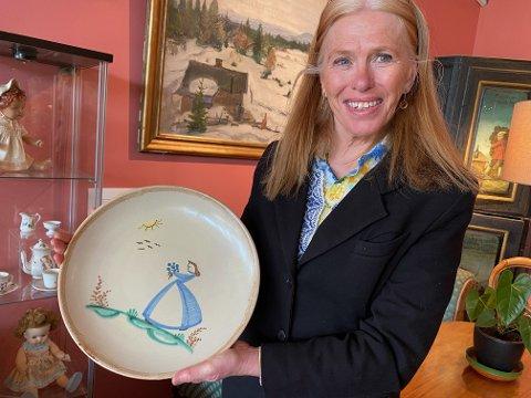 SJELDEN: Nå viser Asker Museum en sjelden samling keramikk fra Åros keramikkfabrikk, sier Fredrikke Hegnar von Ubisch.