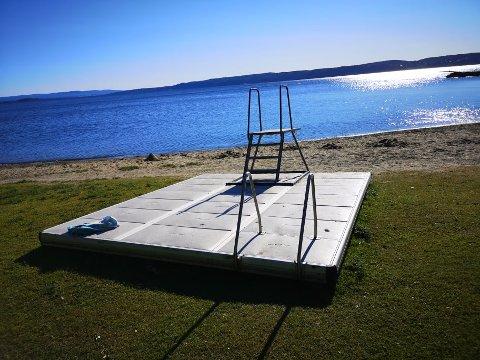 SOLBRYGGE: Den flytende badebrygga har ligget på land siden begynnelsen av april. Nå brukes den delvis som sittebank og solseng.