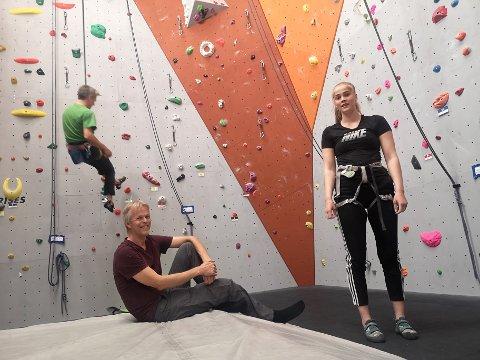 FAR OG DATTER: Leder i Røyken og Hurum klatreklubb Einar Morland, og datter Oda (18) er begge ivrige klatrere. Nå kan Oda komme alene for å klatre mens faren er på jobb, ettersom hun kan bruke de nye autosikringsenhetene for å sikre seg.