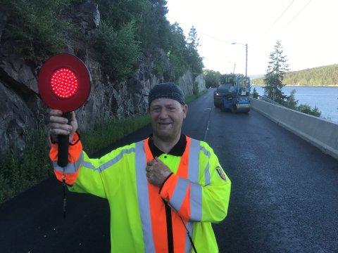 DIRIGENT: Ole Johnny Stangeland dirigerer trafikken forbi Åros.