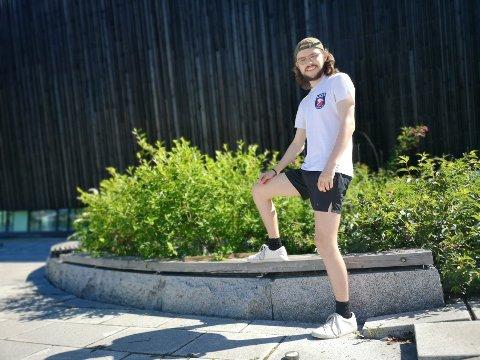 ANSVAR: Iver Strand studerer i Stavanger, men kom hjem for å jobbe som ansvarlig for sommerleirene i Asker svømmeklubb i sommer. Han mener jobben gir god erfaring og er relevant for yrket han peiler seg inn på etter endte studier.