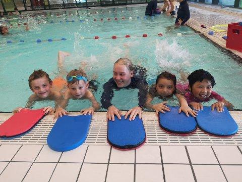 SOMMERKURS: Med støtte fra Gjensidigestiftelsen og Norges Svømmeforbund fikk 360 barn gratis svømmekurs i regi av Asker svømmeklubb i sommer. Her er instruktør Linn Nyberg (21) i aksjon med elevene Marcus (6), Elvira (6), Alexander (8) og Nina ( 7) på Holmenbadet.