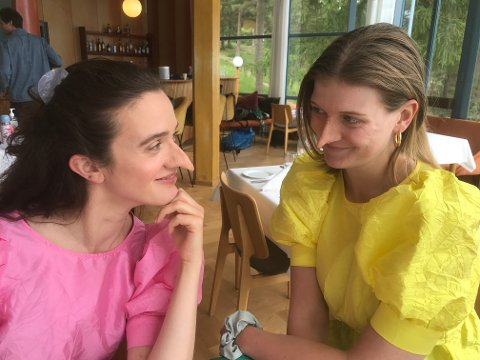 HOVEDROLLER: Susanne Karin Moe (tv) og Nanna Lundevall spiller hovedrollene i en heksefilm som er under innspilling på Hvalstrand.