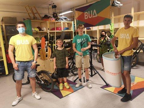 SOMMERKLARE: Buas medarbeidere og hjelpere i Heggedal: Mikkel Nalbant (19) , Fredrik Finstad Fallet (17) og Noah Nalbant (17) , med sykkellåner Elvar (9) mellom seg.