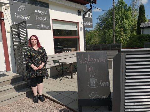 KVLEDSÅPENT: Fra onsdag 9.juni vil kafeeier Monica Andersen servere gjestene middag og drikke fram til klokken 22.00 fra onsdag til fredag.