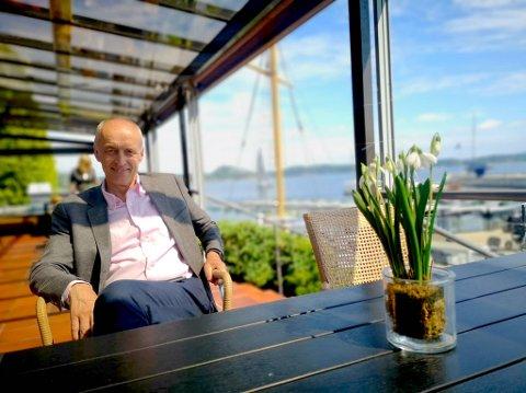 STOR PÅGANG: Hotelldirektør Arve Giske har ikke hatt mange timene fri etter at Holmen Fjordhotell åpnet igjen etter nedstengingen.  Mindre grupper har allerede benyttet seg av muligheten til å samles til sosial samvær på hotell igjen.