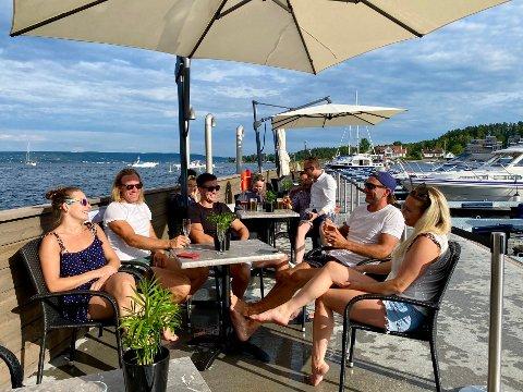 NYTT: Et perfekt sted for en ankerdram, eller bare å nyte sommeren, slår gjestene fast som deltok på åpningen av Moloen i Vollen i helgen.