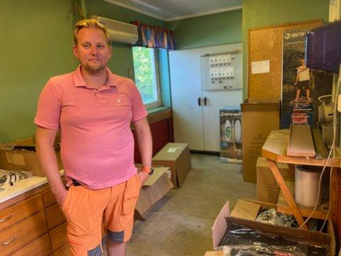 TRUFFET BLINK: Salget går så det suser. På lageret til Kim Bergseth (38) er det ribbet for varer.