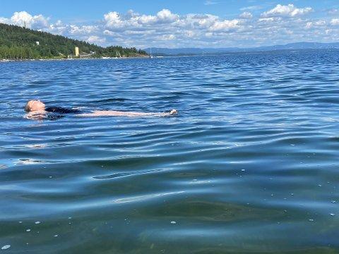 SKIFTENDE: Noe ny varmebølge blir det neppe. Det er fortsatt deilig å bade, som her ved Slemmestad brygge. 1. august ble det målt 20.6 grader i vannet.