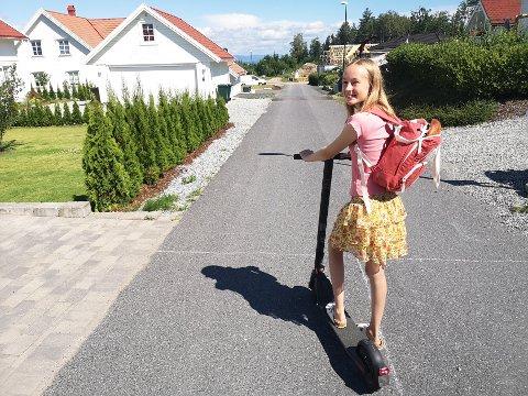 LEVERING: Mathea pakker bakevarene i papir/plast, legger dem i sekken, og drar av gårde  med el-sparkesykkelen for å levere på døra.