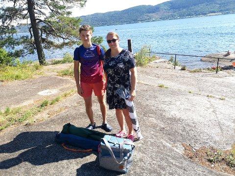 HEMMELIG PARADIS: Sabine Stange og sønnen Leon fleiper med at Lahellholmen har vært deres hemmelige paradis fram til år. Denne sommeren har det vært mange flere her enn tidligere, forteller Sabine.