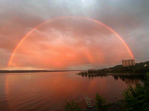 HELE VEIEN: Kari Aalykke fanget også regnbuen sett fra Tåje.