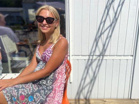KOS: Andrea Werenskiold (19) satt ute i den stekende solen og koset seg med en venninne.