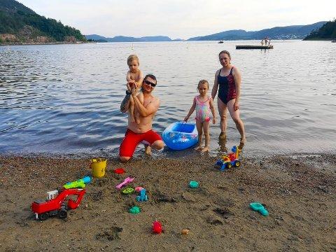 BARNEVENNLIG: Tomasz (39) og Magdalena (34) Nowotny bader ofte med sine 2 og 4 år gamle barn hjemme i Hyggen. Her er det langgrunt og fritt for maneter.