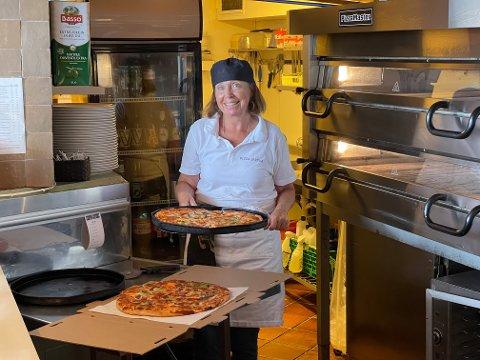 BEST: Pizzastua er kåret til Askers beste restaurant på Tripadvisor. Bodil Hasselknippe (63) fulgte i sin mors fotspor og har laget pizza i Pizzastua i Asker siden 1985. - Jeg vil først og fremst takke de hyggelige gjestene vi har her i Asker, sier hun.