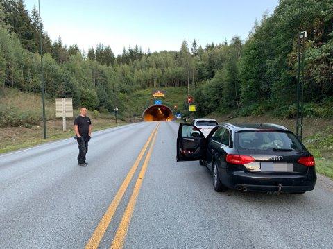 INNESTENGT: To biler ble innestengt mellom tunnelen og bommen oppe ved rundkjøringen. Bilistene skal nå ha kommet seg ut og tatt alternativ kjørerute.
