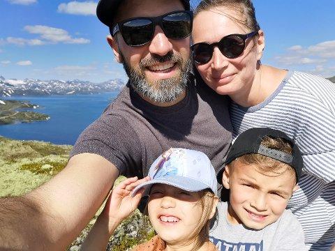 BLE BORTVIST: Familien Netopil ble bortvist fra en strand i Sætre. Her Tomas, Hana, Elias og Thea på ferietur i Jotunheimen ved en tidligere anledning.