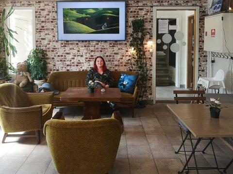 SLUTT: Monica Andersen gir seg som eier av nabolagskafeen «På Hjørnet» i Røyken.