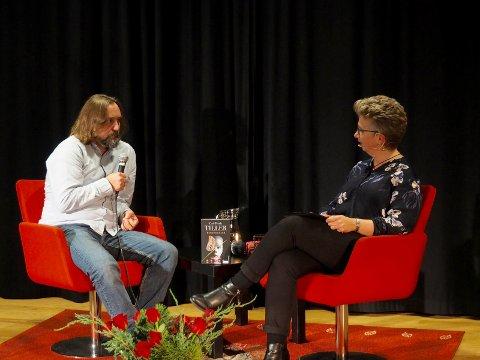 Carl Frode Tiller i samtale med Elisabeth Kjensli Johansen.