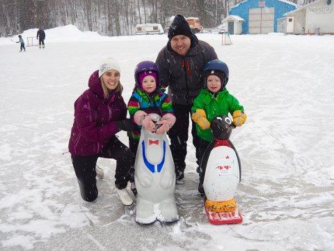Familien Hagel fra Kniveåsen (Åskollen) koser seg på isen. Barna Silja og Walter har fått tak i hver sin støttefigur og stråler der de tar seg fram på isen.