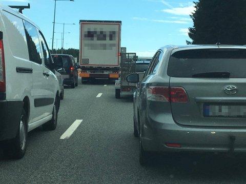 Bildet ble tatt på E18 mandag ettermiddag og viser hvordan lastebilen legger seg midt mellom venstre og høyre kjørefelt før innsnevringen ved Løkentunnelen.