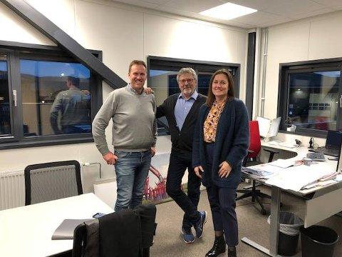 SIGNERTE NY KONTRAKT: Thor Ambjørn Kjeldaas her sammen med Stine Søsveen og Ove Oscar Byrmo fra Hanekleiva Utvikling.