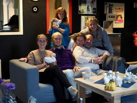 KLARE FOR HELAFTEN: I sofaen fra venstre: Karoline Diinhoff Dalsrud, Daniel Hannestad, Ingrid Bjørge Auestad, Else Sorkmo, Jann Øverland og Mari Johannessen. Anders Lærum Espeseth var ikke tilstede da bildet ble tatt.
