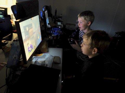 Sove kan man gjøre når man blir gammel? Håkon D. Karlsen (10) og Trym J. Sørland spilte hele natten. ALLE FOTO: SVEIN-IVAR PEDERSEN
