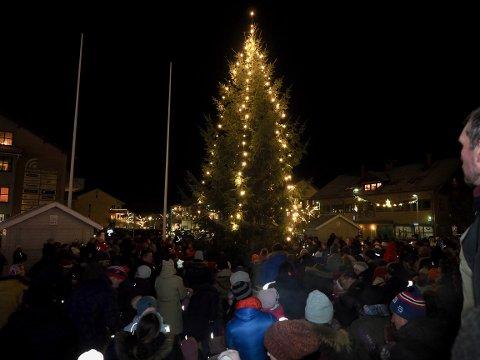 IKKE I ÅR: Slik så det ut på julegrantenning i Sande i 2019. I år blir det et alternativt opplegg i regi av Stolt av Sande.