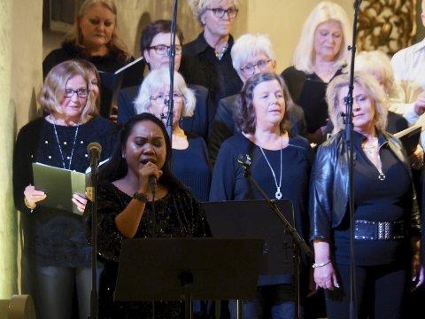 Konsert jul Kor-Ona: Solist Raquel Paraan sang i Sande kirke. ALLE FOTO: SVEIN-IVAR PEDERSEN