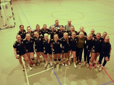 Jenter 16 med trener Kåsin og oppmann Andreassen stående bak håper å se deg i Sandehallen lørdag. De ønsker å fylle tribunene med supportere som vil løfte jentene fram til en deltakelse i Bring-serien.