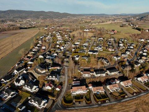 OVERSIKT: I løpet av februar kom 82 eiendommer på nye hender i nye Holmestrand kommune, viser ny oversikt. Bildet er tatt over Dunihagen i januar.