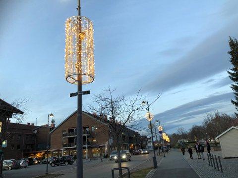 NYTT: Det nye lyskonseptet i Sande sentrum kom på plass mandag.